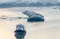 Tug Boat-Frachtschiff im Chao Phraya am Abend Stockbilder