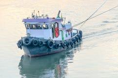 Tug Boat-Frachtschiff im Chao Phraya am Abend Lizenzfreies Stockfoto