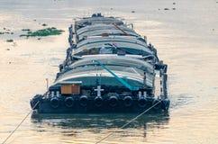Tug Boat-Frachtschiff im Chao Phraya am Abend Lizenzfreie Stockbilder