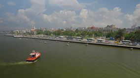 Tug Boat in Havana Port Bay met Stadshorizon op Achtergrond stock videobeelden