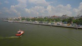 Tug Boat in Havana Port Bay mit Stadt-Skylinen im Hintergrund stock video footage