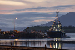 Tug Boat i den Bantry hamnen på skymning Royaltyfria Foton