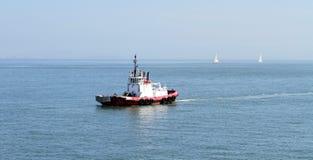 Tug Boat i mitt av ingenstans Arkivfoton