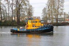 Tug Boat Moves Left industriel vers la droite Images stock
