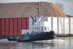 Tug Boat Navigating Barge royalty-vrije stock foto's