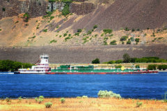 Tug Boat Pushing Barge Image libre de droits