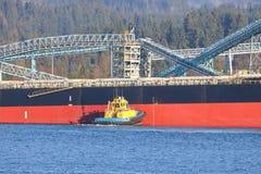 Tug Boat Steering Freighter imagens de stock royalty free