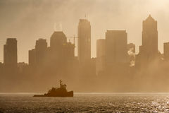 Tug Boat sur Elliott Bay un matin brumeux Photo libre de droits