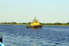 Tug Boat sur la rivière de Dnieper photographie stock libre de droits