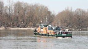 Tug Boat sur la rivière tournent autour banque de vidéos