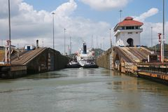 Tug Boats Assist Ship in het Kanaalslot van Panama royalty-vrije stock foto's
