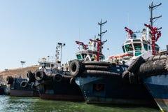 Tug Boats Lined dans le port d'Ensenada photographie stock