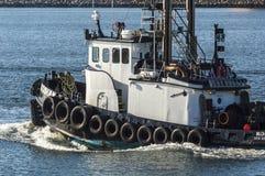 Tug Kodiak que estrangula para arriba en el puerto externo de New Bedford foto de archivo libre de regalías
