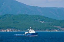Tug Neptune zieht durch Meer auf einem Hintergrund des Ufers um Primorsky Krai Ost (Japan-) Meer 27 05 2014 Stockfotos