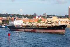 Tug Pushing Tanker i Curacao Royaltyfri Bild
