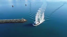 Tugboat που μπαίνει σε το από την Αλάσκα λιμάνι φιλμ μικρού μήκους