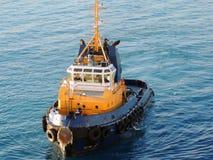 Tugboat έτοιμο να παρεμποδίσει το υπερωκεάνειο Στοκ Εικόνες