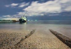 Tugboat έτρεξε τον προσαραγμένο, έναστρο νυχτερινό ουρανό με τα σύννεφα στοκ εικόνες