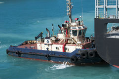 Tugboat βοήθεια Στοκ εικόνες με δικαίωμα ελεύθερης χρήσης