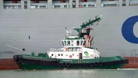 Tugboat βοηθώντας ελιγμός ΤΎΧΗΣ φορτηγών πλοίων COSCO της ΑΜΕΡΙΚΗΣ στοκ φωτογραφία