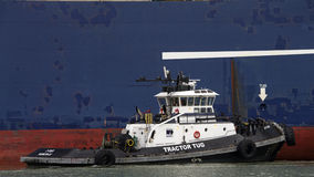 Tugboat ζ-ΤΕΣΣΕΡΑ βοηθώντας ελιγμός του CGM LYRA φορτηγών πλοίων CMA στοκ φωτογραφία με δικαίωμα ελεύθερης χρήσης