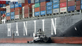 Tugboat ζ-ΤΕΣΣΕΡΑ ενίσχυση HANJIN ΗΝΩΜΈΝΟ ΒΑΣΊΛΕΙΟ στον ελιγμό στοκ εικόνα