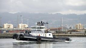 Tugboat ζ-ΤΕΣΣΕΡΑ που περνά το λιμένα του Όουκλαντ στοκ εικόνες