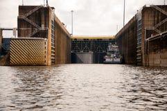 Tugboat μέσα στην ανοικτή κλειδαριά Στοκ Εικόνες