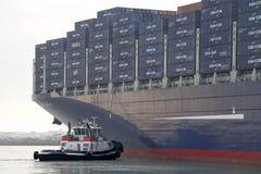 Tugboat ΠΑΛΑΙΜΑΧΟΣ που βοηθά CMA CMG BENJAMIN FRANKLIN στον ελιγμό Στοκ Εικόνες