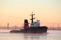 tugboat ποταμών πρωινού υδρονέφω&si Στοκ Φωτογραφία