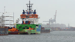 Tugboat που ελλιμενίζεται στο λιμένα Στοκ Φωτογραφίες