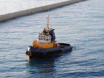Tugboat που καθιερώνει τη σειρά μαθημάτων παρεμπόδισης Στοκ Φωτογραφίες