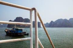 Tugboat που πλέει μέσω των νησιών στο μακρύ κόλπο εκταρίου στοκ φωτογραφίες με δικαίωμα ελεύθερης χρήσης