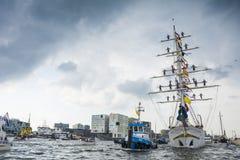 Tugboat το αστείο βοηθά με τη ρυμούλκηση του tallship Tarangini Στοκ Εικόνες