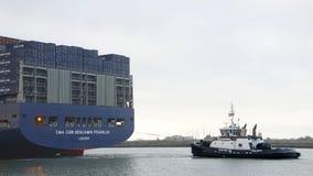 Tugboat AHBRA ΦΡΆΝΚΟ που τραβά το CGM BENJAMIN FRANKLIN Megaship CMA Στοκ Φωτογραφίες