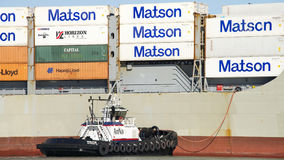 Tugboat AmNav βοηθώντας ελιγμός INT φορτηγών πλοίων MANOA ΕΠΑΝΑΣΤΑΣΕΩΝ στοκ εικόνα