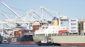 Tugboat AmNav βοηθώντας ελιγμός MAUI φορτηγών πλοίων ΕΛΕΥΘΕΡΙΑΣ στο θόριο στοκ εικόνες