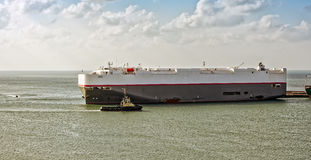 Tugboat assisting ro-ro ship Royalty Free Stock Photos