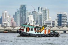 Tugboat asysty ładunku statek w mieście Obrazy Stock
