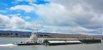 Tugboat and Barge on River Royalty Free Stock Photos
