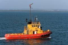 Tugboat do mar sob a potência no porto. Fotos de Stock Royalty Free