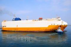 Tugboat holuje statek Zdjęcie Royalty Free