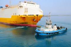 Tugboat holuje statek Zdjęcie Stock