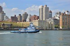 Tugboat na Wschodniej rzece w Miasto Nowy Jork Zdjęcia Royalty Free
