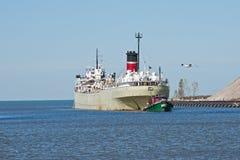 Tugboat Pomaga Freighter Zdjęcia Stock