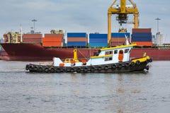 tugboat pomaga masowego ładunku statek ukrywać zafrachtowania Zdjęcie Stock