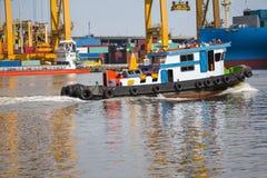 tugboat pomaga masowego ładunku statek ukrywać zafrachtowania Fotografia Stock