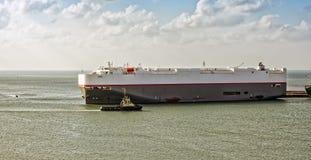 Tugboat pomaga ro statek Zdjęcia Royalty Free