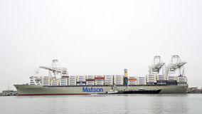 Tugboat punkt FERMIN zabezpiecza barka statek obok Matson MAHIMAHI Obraz Royalty Free