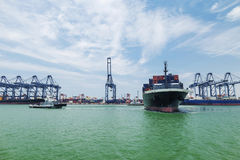Tugboat que ajuda ao navio de carga do recipiente fotografia de stock royalty free